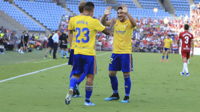 Espino celebra con Nano Mesa el gol de la victoria.