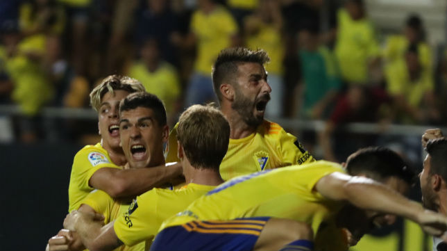 Garrido celebra el tanto marcado al Extremadura en el descuento con José Mari, entre otros.