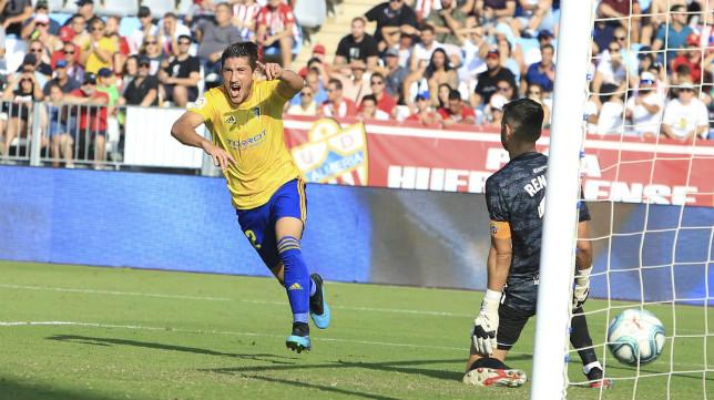 'Pacha' Espino celebra el gol en Almería.