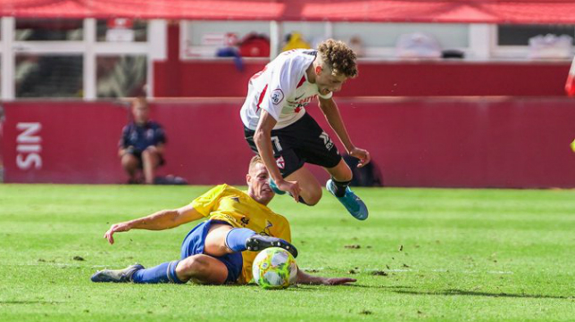 Jordi Tur lucha por el esférico. Foto: Sevilla FC.