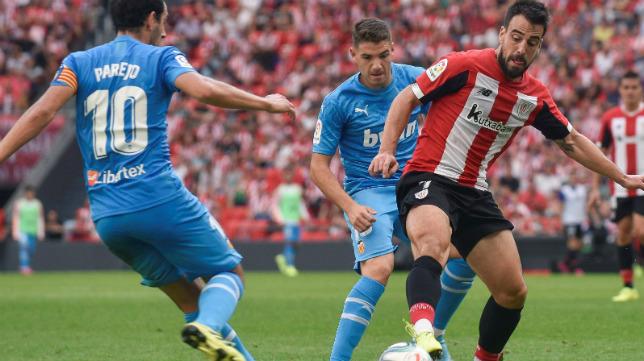 Manu Vallejo presiona con parejo a un rival.