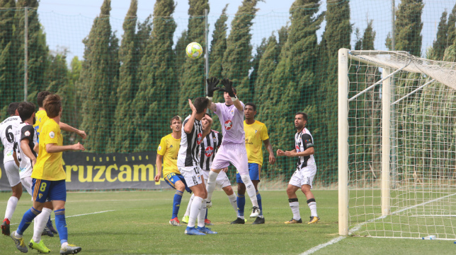Moisés remata el esférico en una jugada de estrategia del Cádiz CF B.