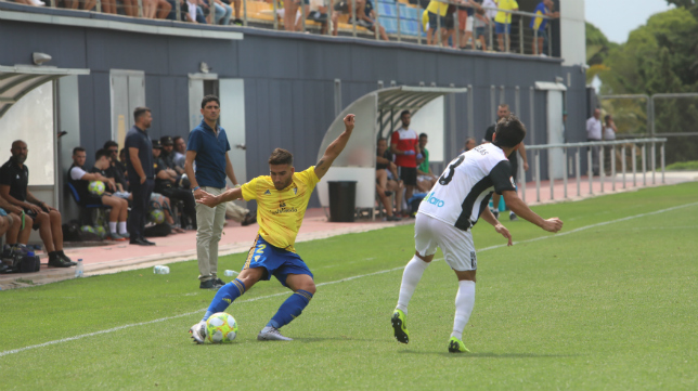 Pavón observa un lance del Cádiz CF B-Badajoz.