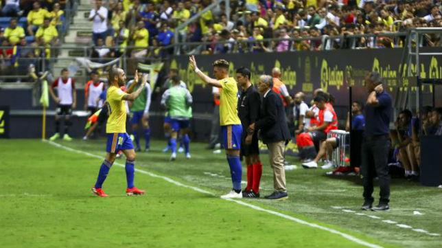 Alejo sustituye a Perea en un partido.