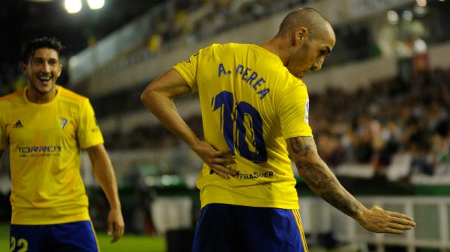 Perea celebra con dedicatoria taurina su gol ante el Racing, con Espino observando el festejo.