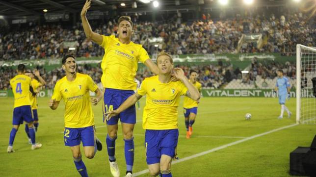 Álex marcó el gol de la victoria en Santander en el 99'.
