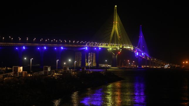 El Puente de la Constitución se iluminó con los colores del Cádiz CF el día de su 190º aniversario.