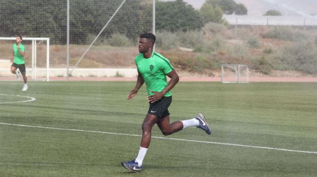 El delantero senegalés entrenando con el Almería