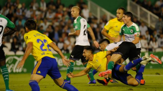 Cádiz CF y Racing se volverán a ver las caras sobre el rectángulo de juego.