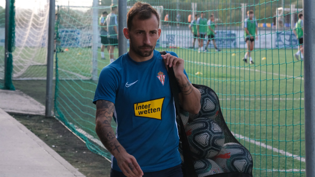 Aitor durante un entrenamiento con el Sporting.