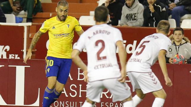 Perea encara a dos jugadores del Albacete.