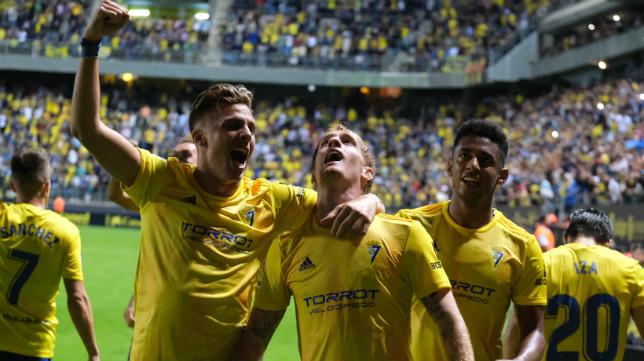 Iván Alejo celebra el gol con Álex.