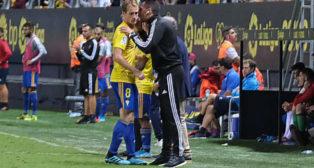 Alex recibe instrucciones de Roberto Perera