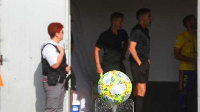 El balón espera a la disputa de un encuentro del filial en El Rosal.