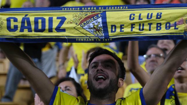 Un aficionado con su bufanda del Cádiz CF.