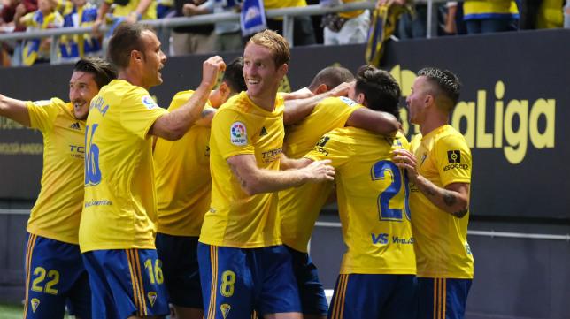 Los jugadores del Cádiz CF celebran el gol de Lozano al Huesca.
