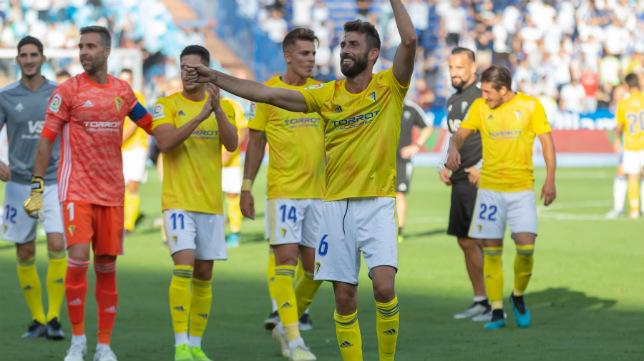 Los jugadores del Cádiz CF, con José Mari a la cabeza, agradece el apoyo de los suyos.