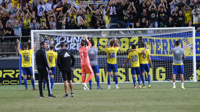 Los jugadores del Cádiz CF celebran la victoria