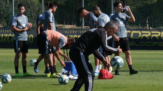 Álvaro Cervera juguetea con el balón durante un entrenamiento celebrado durante esta semana en El Rosal.
