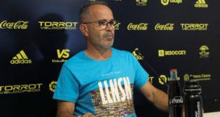 Cervera luce una nueva camiseta en la rueda de prensa