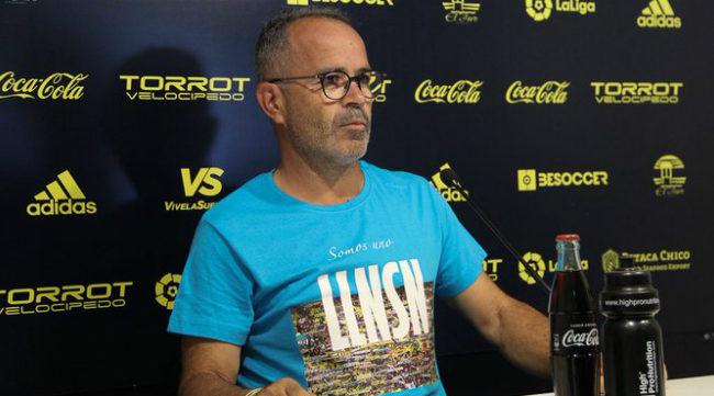 Cervera luce una nueva camiseta en la rueda de prensa.