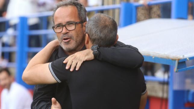 Álvaro Cervera se abraza con Juan Sabas, exentrenador del Extremadura.
