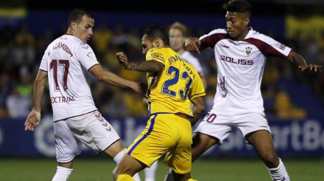 Karim Azamoum y Eddy Silvestre, en un partido de este año.