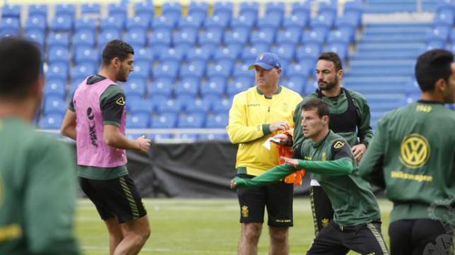 Pepe Mel dirige un entrenamiento.