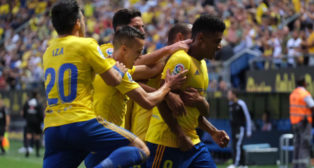 Lozano es felicitado por sus compañeros tras su gol.