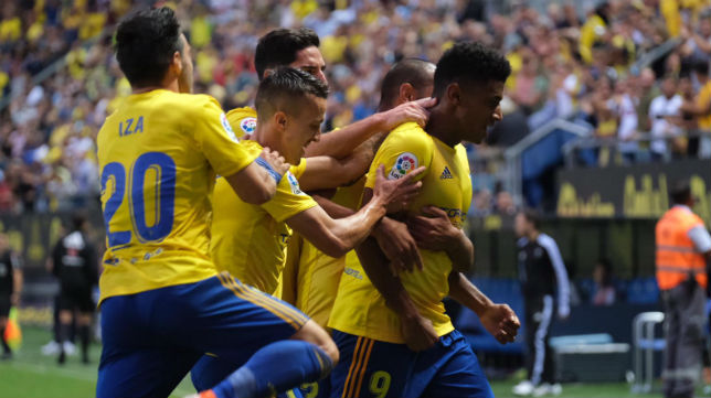'Choco' Lozano es felicitado por sus compañeros tras un gol.