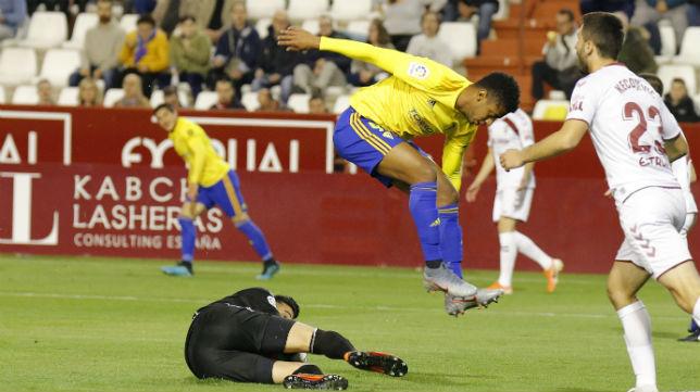 Lozano salta para no chocar con Tomeu Nadal.