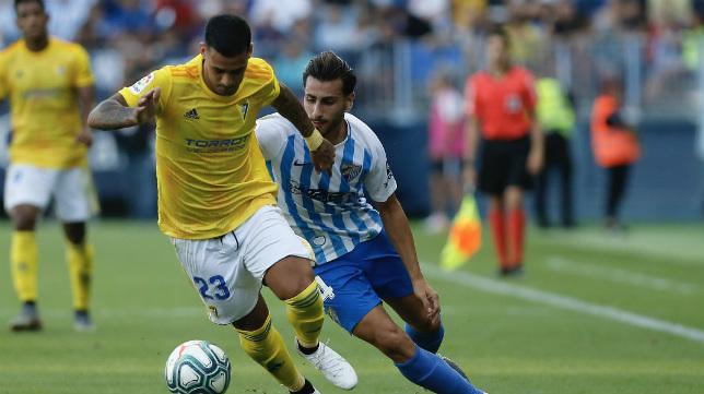 Nano Mesa echa a correr durante el encuentro de ida que ganó el Cádiz.