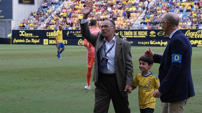 Paco Baena recibió un homenaje en el Estadio Ramón de Carranza.