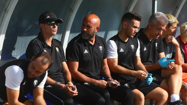 Juanma Pavón, con gafas de sol, durante el Cádiz CF B-San Fernando CD.