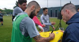 Alberto Perea firma la camiseta a Moisés Alhambra.