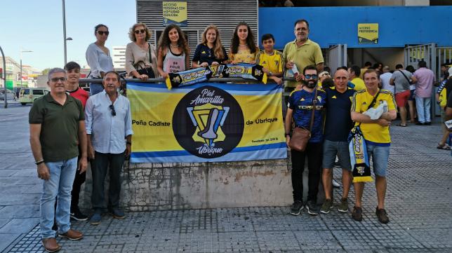 La peña cadista Piel Amarilla, con sede en Ubrique, durante uno de los desplazamientos al Estadio Ramón de Carranza.