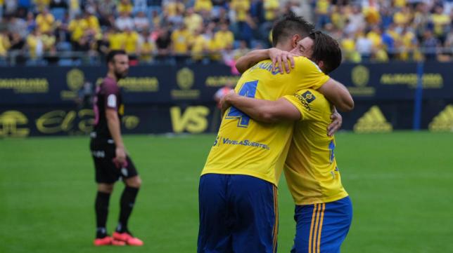 Marcos Mauro y Espino se abrazan tras el gol del central argentino.