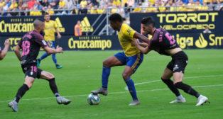 Borja López marca a Lozano en un Cádiz CF-Sporting.