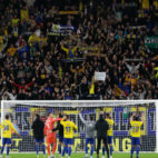 Los jugadores celebran el triunfo con la afición en Carranza.