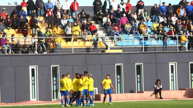Los jugadores del Cádiz B celebran un gol.