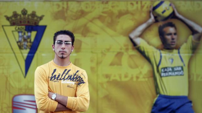 Chico, en 2006, posa para LA VOZ en una puerta de la desaparecida tribuna.