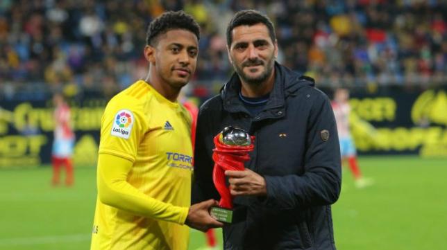 'Choco' Lozano recibe el premio al mejor jugador del mes de octubre en LaLiga SmartBank. Foto: Cádiz CF.