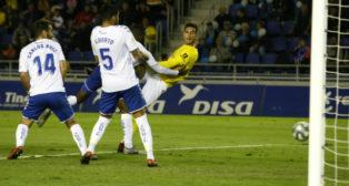 Marcos Mauro marcó el gol del Cádiz CF en el Heliodoro, pero se marchó lesionado.