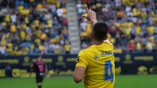 Marcos Mauro dedica al gol a su familia.