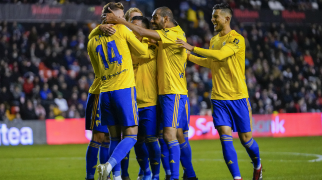 Los jugadores del Cádiz CF celebran un gol en Vallecas
