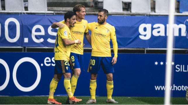 Álex, Perea e Iza celebran el primer gol en el Tartiere.