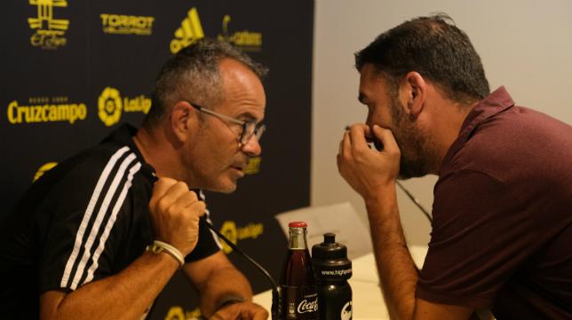 Álvaro Cervera habla con Enrique Ortiz antes de una rueda de prensa.