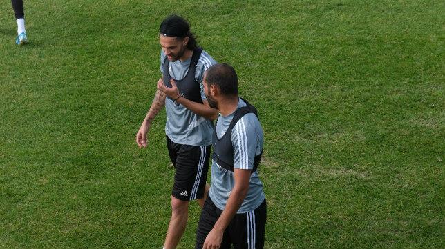 Sergio Sánchez se ríe con Fali en un entrenamiento.