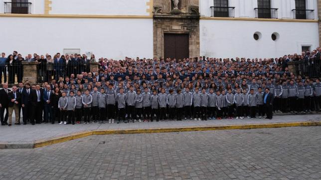 La familia cadista, a los pies de Santo Domingo. Cádiz CF