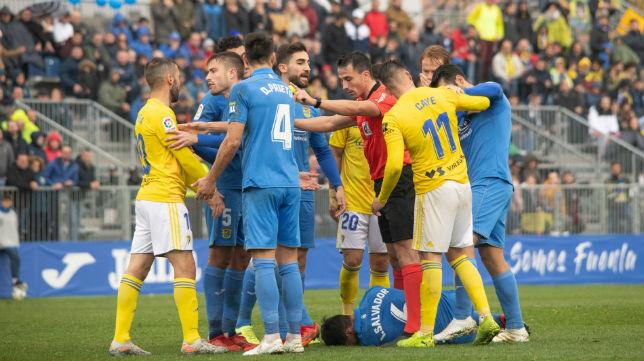 Trifulca entre los jugadores de Cádiz y Fuenlabrada en el encuentro de ida.